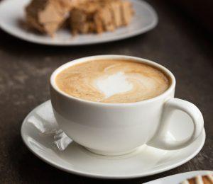 Frischer Kaffee in einer schönen Kaffeetasse.