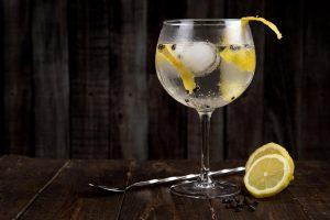 Hübsch dekorierter Schwarzwald Gin im Glas.