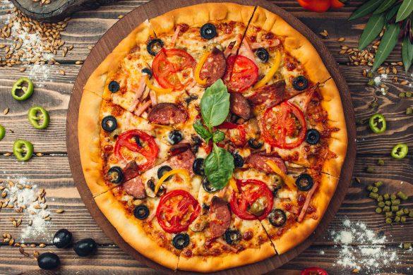Leckere Pizza mit selbstgemachten Pizzateig.