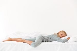 Kind das bequem auf einem Bett mit Geltopper schläft.