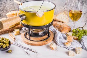 Typisches, schweizer Käsefondue mit Weißbrot.