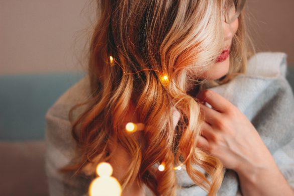 Frau mit einer LED-Lichterkette in der Hand.