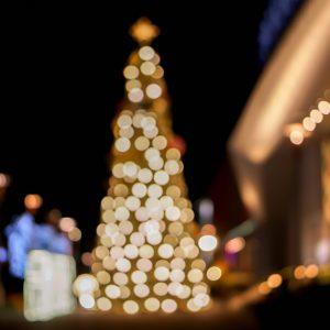 Weihnachtsbaum mit LED-Lichterketten dekoriert.