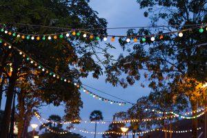 Sommerliche Gartenparty mit romantischen LED-Lichterketten