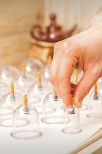 Vorbereitungen für die Schröpfgläser Massage