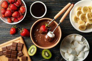 Heißes Schokofondue mit Obst und Marshmallows.