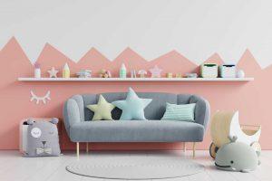 Gemütliches Kindersofa in einem süßen Kinderzimmer.