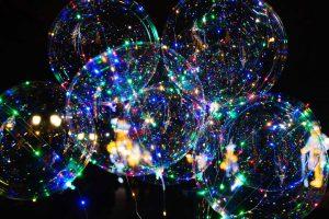Leuchtende LED-Ballons in der Nacht.