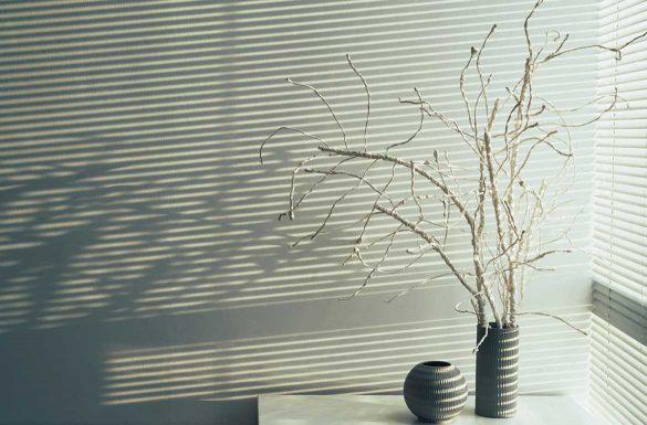 Plissee Rolladen der Schatten an die Wand wirft.