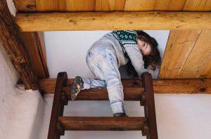 Kleines Kinder auf einer Sambatreppe.