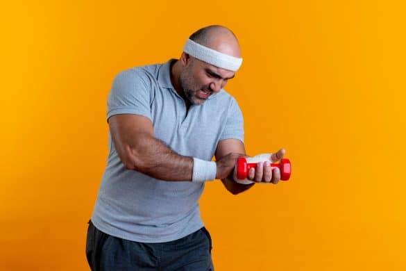 Mann mit Handgelenkbandagen der Sport treibt.
