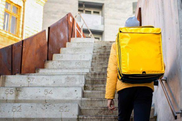 Mann mit einem gelben Kurierrucksack