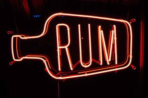 Rum Leuchtreklame in der Nacht